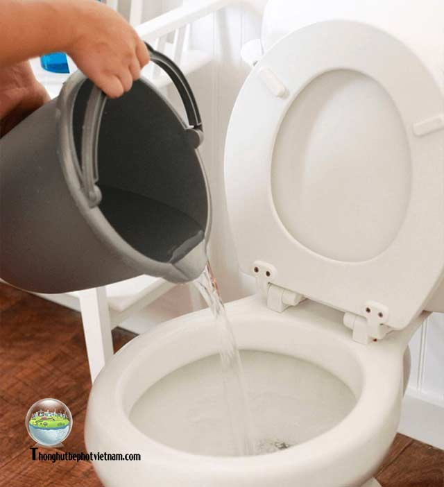 Cách 2: Xử lý bồn cầu không rút được nước bằng nước sôi: