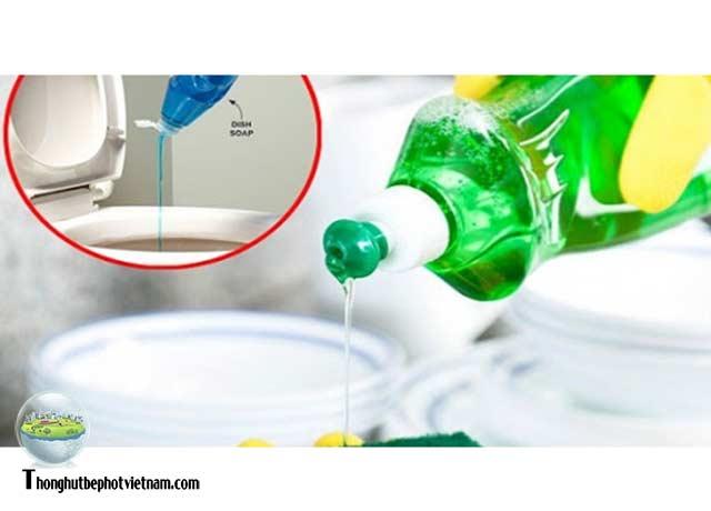 Cách 3: Xử lý bồn cầu không rút được nước bằng nước rửa chén: